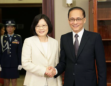 President Tsai Ing-wen shakes hands with her first Premier Lin Chuan